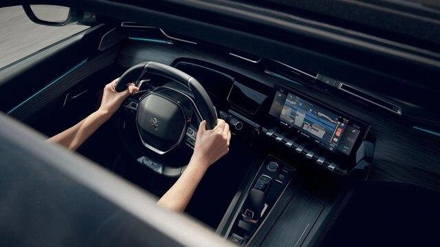 Nouveau break PEUGEOT 508 SW, l'écran tactile capacitif 10 pouces, fonction Mirror Screen et navigation 3D connectée avec reconnaissance vocale.
