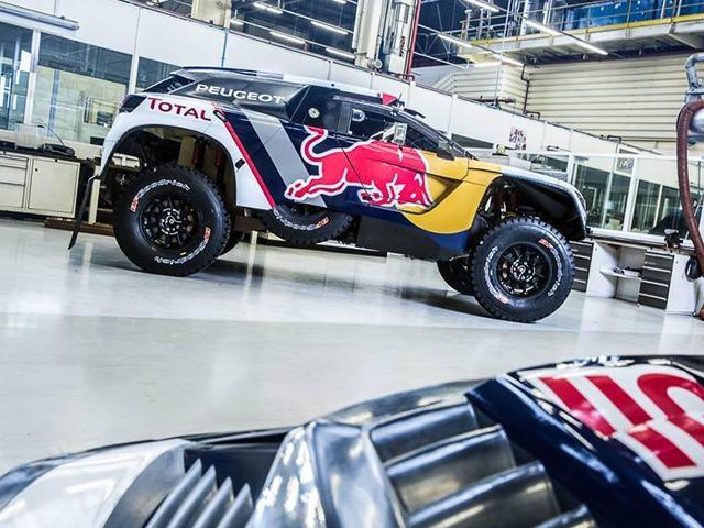 La Peugeot 3008 DKR au Dakar 2017 – Vue en contre plongée des logos et sponsor