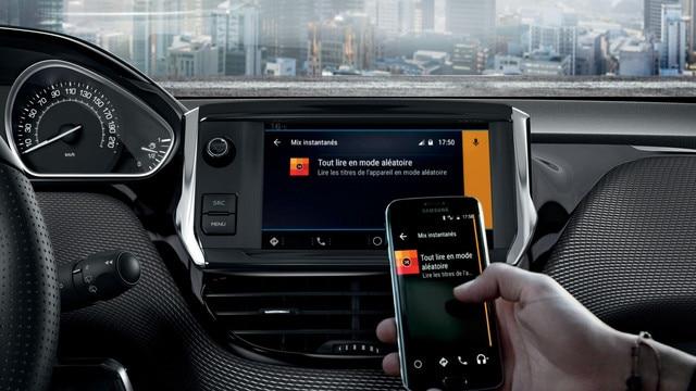 """Fonction Mirror Screen, profitez des applications de votre smartphone compatibles directement sur l'écran tactile 7"""" de votre PEUGEOT 208."""