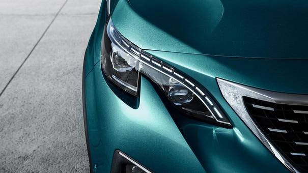SUV PEUGEOT 5008: projecteurs Full LED à triple griffes