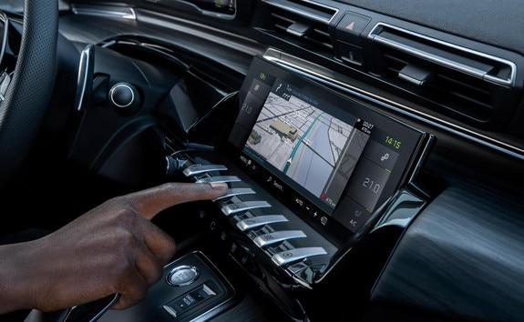 Nouveau 508 SW PEUGEOT SPORT ENGINEERED équipé du Pack Navigation connectée avec reconnaissance vocale, incluant le Trafic en temps réel et Zones de danger by TomTom Services