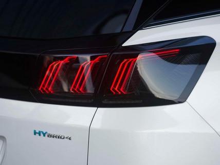 Nouveau SUV PEUGEOT 3008 HYBRID – Badge HYBRID4 et feux arrière