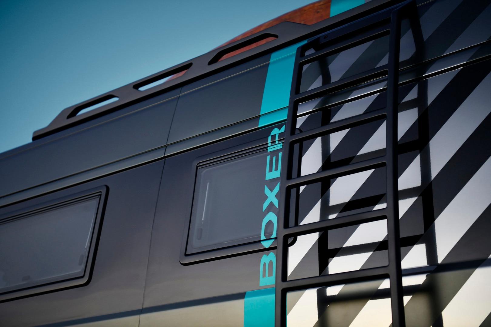 PEUGEOT BOXER 4x4 CONCEPT: L'échelle latérale sur mesure épouse le passage de roue et garantie un accès facile à la galerie, tout en laissant l'accès aux équipements latéraux.